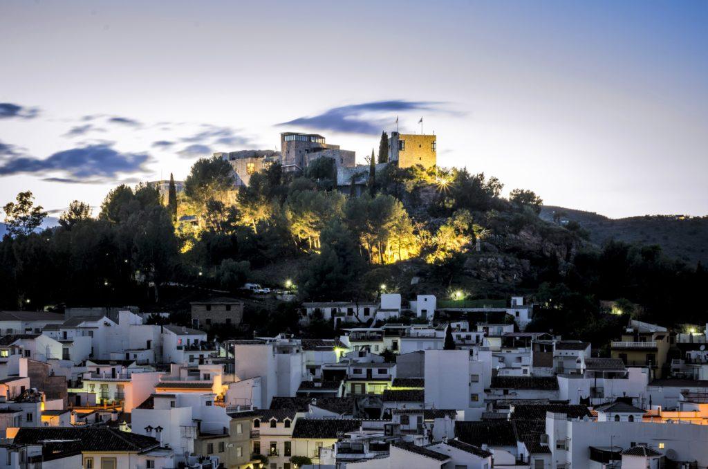 Castillo de Monda in de avond