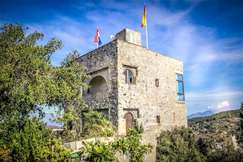 De Spaanse en Nederlandse vlag op de toren van Castillo de Monda