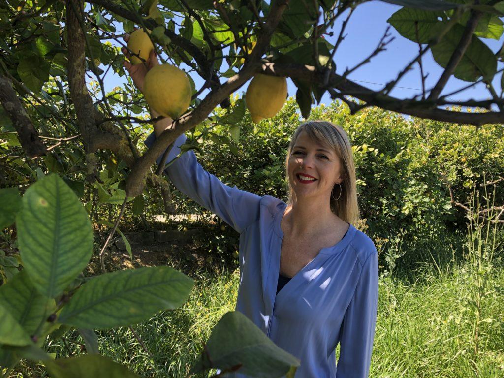 Joyce van Ombergen-Jong in haar citroengaard