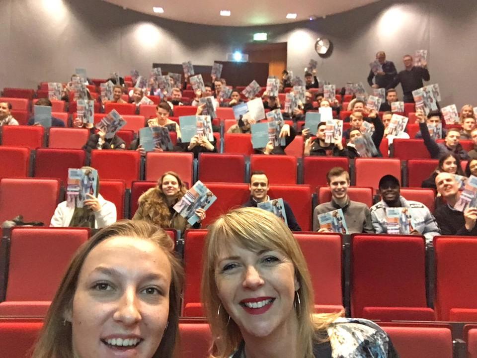 Joyce van Ombergen-Jong maakt selfie tijdens collegetour